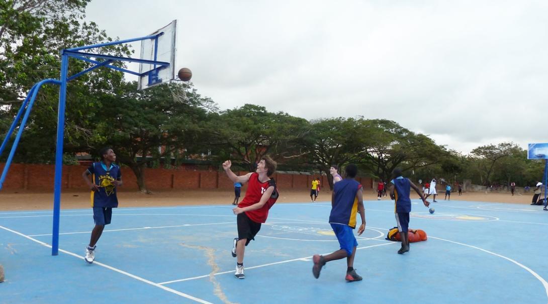 バスケット教育に取り組むボランティアとガーナの青少年